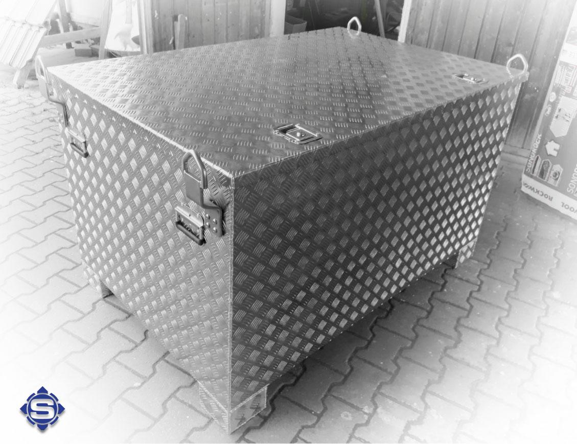 Kranbare & verstärkte Alubox mit Staplerschienen, ideal für den Bau & Handwerk. Auch zur Sicherung von Kleinmaschinen & Geräten