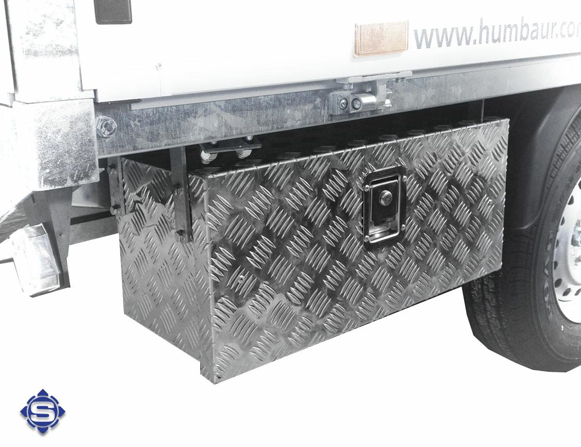 Sonderanfertigungen für den LKW Unterbau Einsatz nutzen gezielt die mögliche Breite & Tiefe und geben somit wertvollen Stauraum.