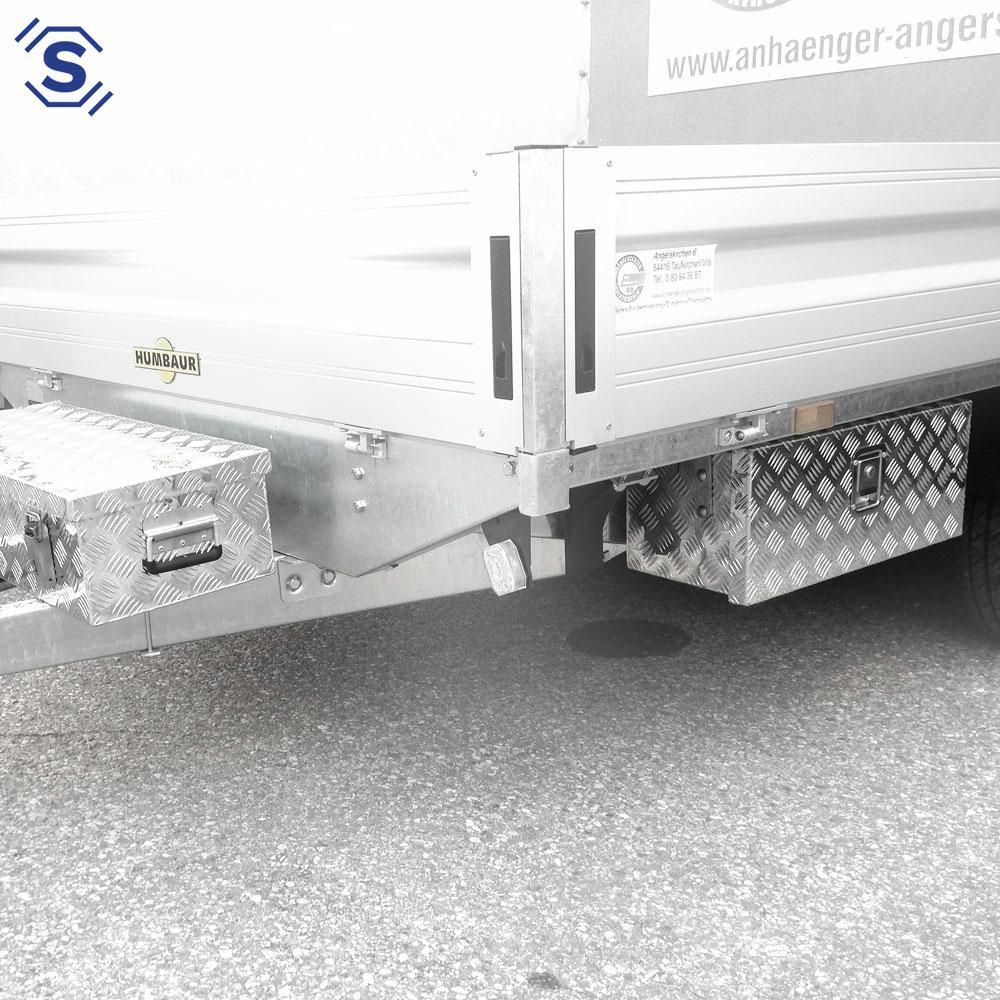 Mit unserem optional erhältlichen Befestigungsset sitzt Ihre Alubox als Staubox für LKW und Anhänger sicher und stabil am LKW Unterbau